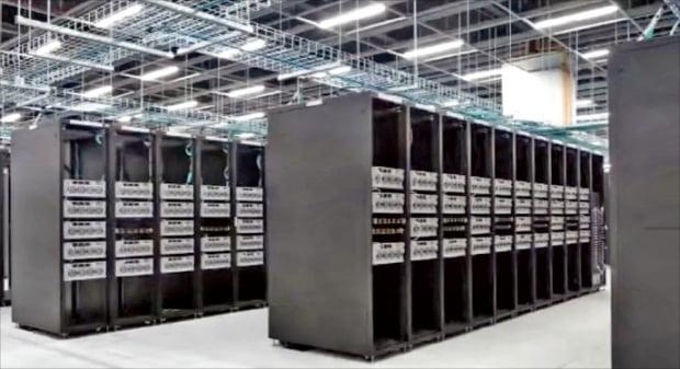 테슬라의 슈퍼컴퓨터는 오토파일럿 및 자율주행 성능 향상에 활용되고 있다.