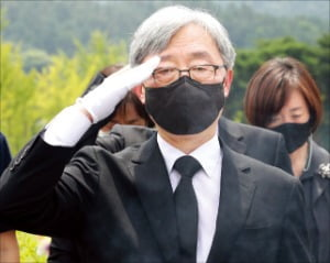 최재형 전 감사원장이 12일 국립대전현충원 천안함 전사자 묘역에서 거수경례를 하고 있다.  뉴스1