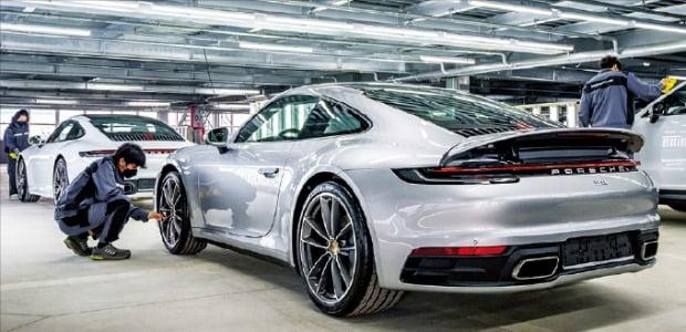 포르쉐가 지난 5월 경기 평택에 새로 문을 연 차량물류센터에서 엔지니어들이 차량을 살펴보고 있다. /포르쉐 제공