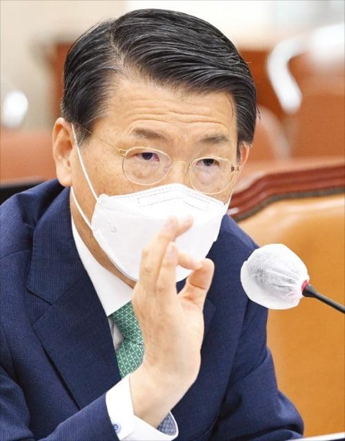 은성수 금융위원장이 13일 국회 정무위원회에 출석해 가상자산업법과 관련한 여야 의원들의 질의에 답변하고 있다. 김병언 기자