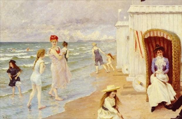 120여 년 전 유럽 해수욕장 풍경을 그린 덴마크 화가 폴 구스타프 피셔의 '해변의 하루'.