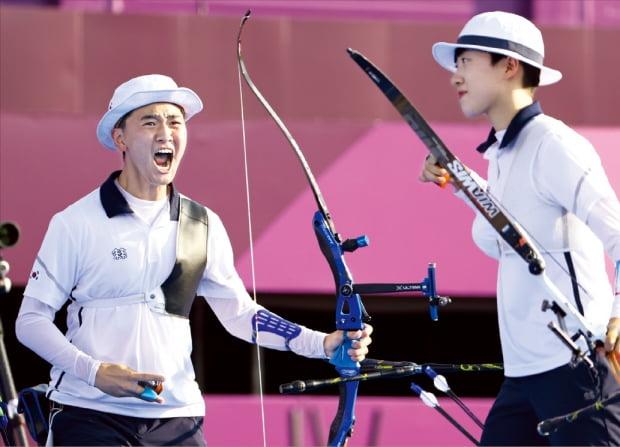 """지난 24일 일본 도쿄 유메노시마공원 양궁장에서 열린 2020 도쿄올림픽 양궁 혼성 결승전 네덜란드와의 경기에서 안산(오른쪽)의 화살이 9점에 꽂혀 우승이 확정되자 김제덕이 포효하고 있다. 이날 경기 내내 '파이팅'을 외친 김제덕에 대해 안산은 """"제덕이가 '파이팅'을 많이 외쳐줘 긴장이 풀렸고 편안한 마음으로 사선에 설 수 있었다""""고 말했다.   연합뉴스"""
