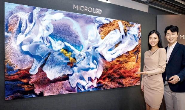 삼성전자는 110인치를 판매 중인 마이크로LED TV 라인업을 연내 77인치까지 확장할 계획이다. 삼성전자 모델들이 110인치 마이크로LED TV를 소개하고 있다.  삼성전자  제공