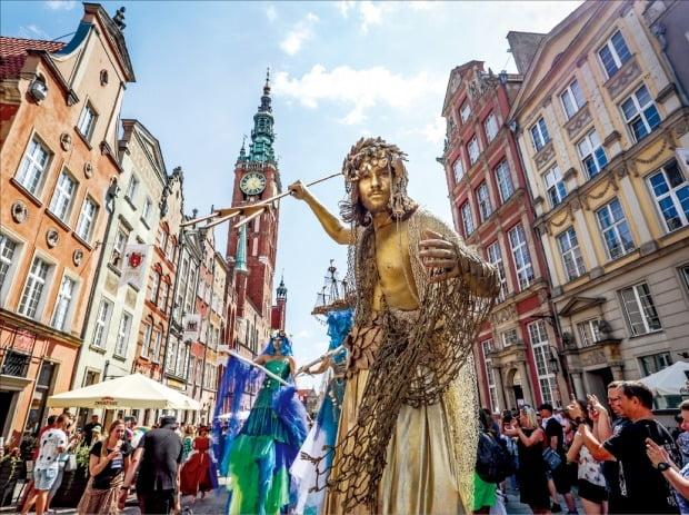 [포토] 마스크 벗고 축제 즐기는 폴란드