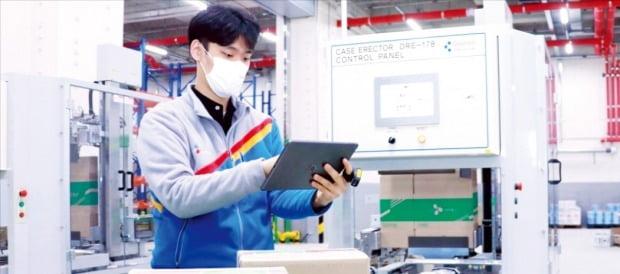 군포 풀필먼트센터에서 CJ대한통운 직원이 상품을 확인하고 있다. /네이버 제공