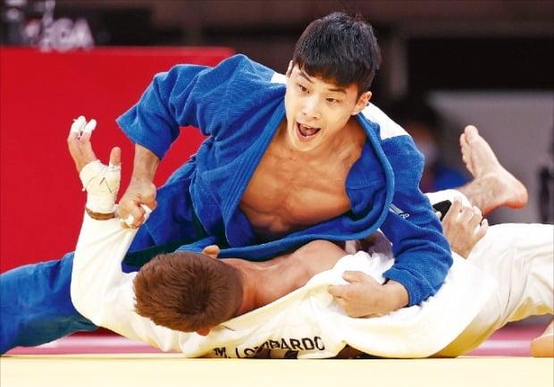 안바울이 25일 도쿄 지요다구 일본무도관에서 열린 도쿄올림픽 유도 남자 66㎏급 동메달 결정전에서 마누엘 롬바르도(이탈리아)를 상대로 한판승을 거두고 있다.  연합뉴스