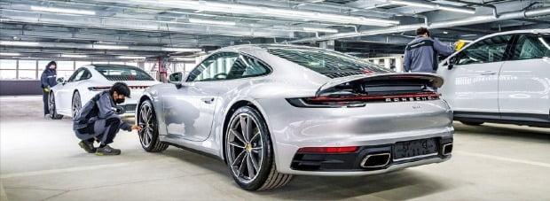 포르쉐가 지난 5월 경기 평택에 새로 문을 연 차량물류센터에서 엔지니어들이 차량을 살펴보고 있다.  포르쉐 제공