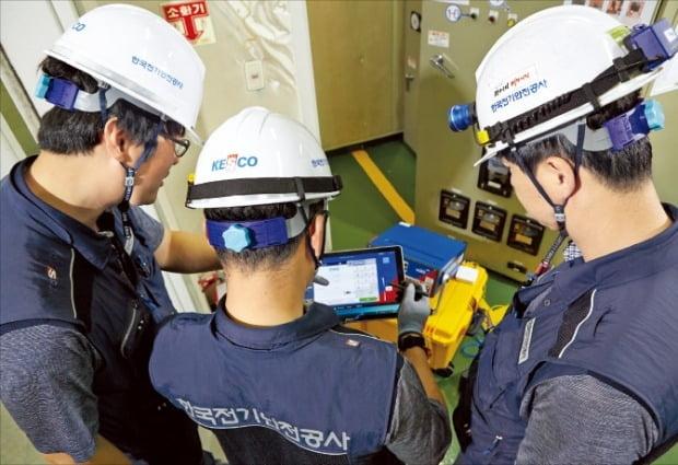 한국전기안전공사 직원들이 정전사고 예방을 위해 전력계통 설비 검사를 하고 있다. /전기안전공사 제공