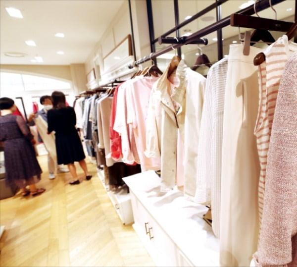 토종 시니어 여성복이 백화점의 해외 브랜드 선호 현상과 젊은 패션을 찾는 중년들의 취향 변화로 백화점에서 사라지고 있다. 지난 5월 어버이날을 앞두고 서울의 한 백화점 여성복 매장이 한산한 모습이다.  한경DB