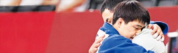안창림이 26일 도쿄 일본부도칸에서 열린 도쿄올림픽 유도 남자 73㎏급 동메달 결정전에서 승리한 직후 송대남 코치와 기쁨을 나누고 있다.  /도쿄연합뉴스