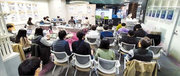 GIST AI 연구소에서 교육 프로그램에 참가한 교육생들이 AI 수업을 듣고 있다. /GIST 제공