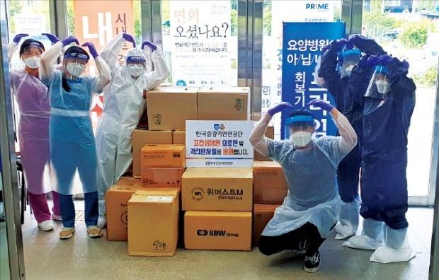 국내 유일의 승강기 안전 전문기관인 한국승강기안전공단 임직원들이 코로나19 관련 구호 물품을 의료기관에 전달하고 있다. /한국승강기안전공단 제공
