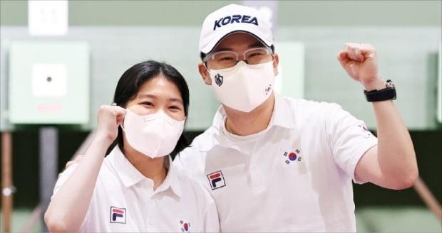 진종오(42·오른쪽)와 추가은(20)이 일본 도쿄 아사카사격장에서 2020 도쿄올림픽 혼성 10m 공기권총 단체전을 마친 뒤 포즈를 취하고 있다. /뉴스1