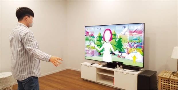 한양대헬스케어센터의 한 연구원이 디지털 치료제 개발을 위해 게임 속 캐릭터에 자신의 행동을 인식시키는 작업을 하고 있다.  /한양대 디지털헬스케어센터 제공