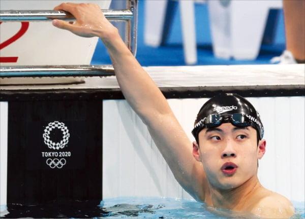 황선우가 28일 일본 도쿄 수영 경기장에서 열린 도쿄올림픽 남자 100m 자유형 준결승을 마친 뒤 기록을 확인하고 있다. 황선우는 47초56으로 아시아 신기록을 세우고 결승에 진출했다. /연합뉴스