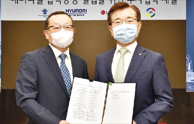 조성환 현대모비스 사장(왼쪽)과 김종현 LG에너지솔루션 사장이 지난 28일 인도네시아 정부와 배터리셀 합작공장 투자협약을 체결한 뒤 협약서를 들어 보이고 있다. 현대차 제공