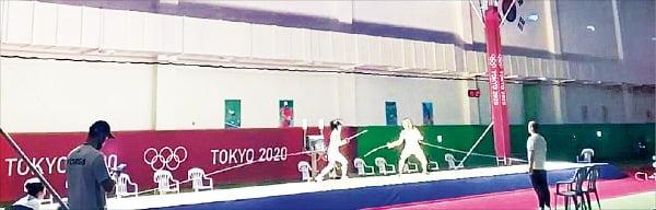 2020 도쿄올림픽을 앞두고 SK텔레콤이 충북 진천선수촌 안에 마련한 피스트에서 국가대표 선수들이 훈련하고 있다. 이 경기장은 올림픽 경기장과 똑같은 환경으로 만들어졌다.  /SK텔레콤  제공