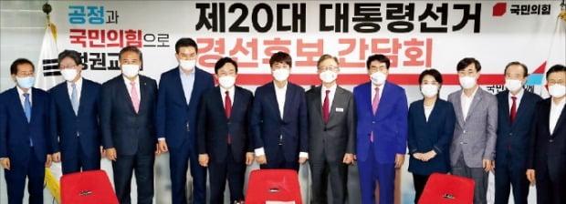 이준석 국민의힘 대표(왼쪽 여섯 번째)가 29일 서울 여의도 중앙당사에서 당내 대선 후보 11명과 기념촬영을 하고 있다. /김병언 기자