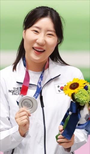 김민정이 30일 일본 도쿄 아사카 사격장에서 열린 2020 도쿄올림픽 여자 권총 사격 25m 시상식에서 은메달을 들고 기뻐하고 있다.  /뉴스1