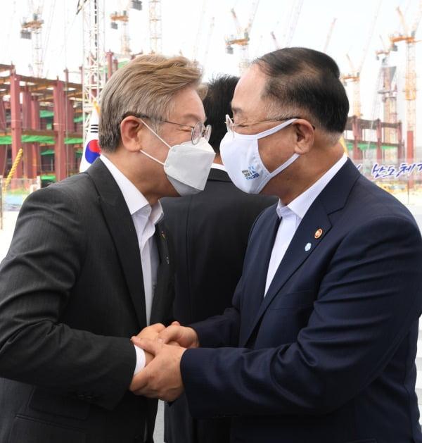 '이재명에 승리한 홍남기'…재난지원금 논란 막전막후