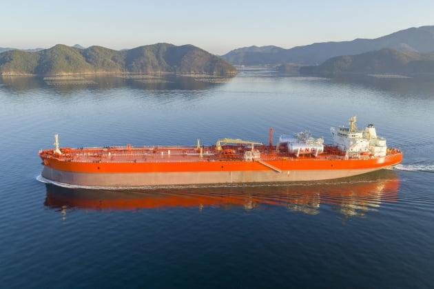 (사진) 삼성중공업이 건조한 LNG 연료 추진 원유 운반선. /삼성중공업 제공