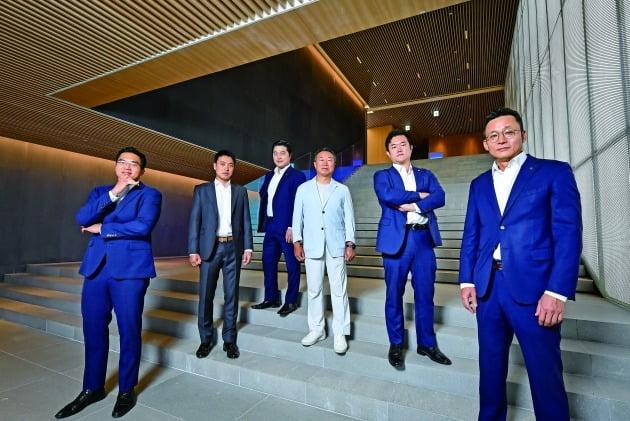 (사진) 김태원(오른쪽 셋째) NH투자증권 홀세일사업부 대표와 한동진(오른쪽 첫째) 에쿼티세일즈부 이사 등이 기념촬영하고 있다./서범세 기자