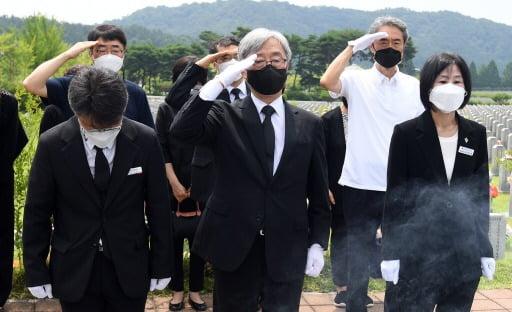 대선 경쟁에 뛰어든 최재형 전 감사원장이 7월 12일 대전 유성구 국립대전현충원 천안함 전사자 묘역을 찾아 참배하며 거수 경례를 하고 있다. 연합뉴스