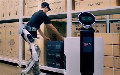LG전자의 웨어러블 로봇인 '클로이 수트봇' / 사진=LG전자