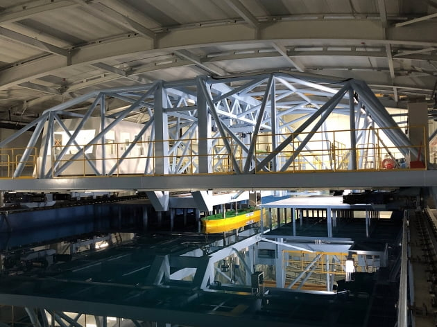 (사진) 대우조선해양 시흥 R&D 캠퍼스 내 예인수조(실제 선박과 동일한 형상으로 축소 제작한 모형선). /대우조선해양 제공