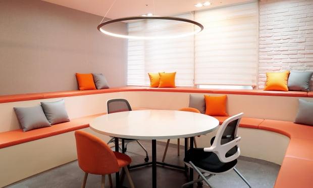 브렌드엑스 직원들을 위한 회의실 및 휴식 공간.