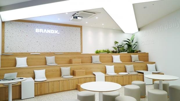브랜드엑스코퍼레이션은 직원들의 편의를 위해 쇼룸 겸 휴게실의  문을 열었다.