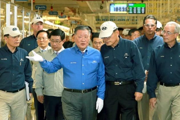 정몽구(가운데) 현대차그룹 명예회장이 2014년 8월 미국 앨라배마 공장을 점검하는 모습. /현대차 제공
