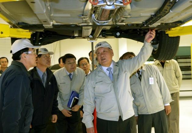 정몽구 현대차그룹 명예회장이 2005년 3월 미국 앨라배마 공장을 찾아 생산 라인을 점검하고 있다. /현대차 제공