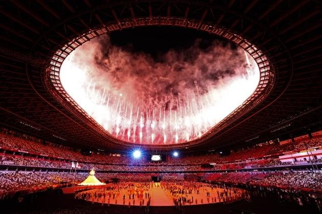 일본 도쿄 신주쿠 국립경기장에서 7월 23일 열린 2020 도쿄 올림픽 개막식에서 성화에 점화된 뒤 폭죽이 터지고 있다. / 연합뉴스