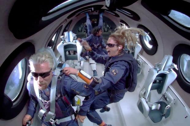 억만장자 리처드 브랜슨 버진그룹 회장(왼쪽)과 그의 일행이 자신이 설립한 우주관광기업 버진갤럭틱의 로켓여객기 `VSS 유니티'를 타고 무중력 상태로 떠 있다. /웹방송 캡처