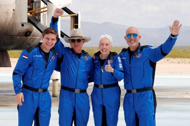 (밴혼 로이터=연합뉴스) 세계 최고 부자 제프 베이조스(왼쪽 두 번째)가 20일(현지시간) 자신이 설립한 우주탐사 기업 '블루 오리진'의 '뉴 셰퍼드' 로켓을 타고 고도 100㎞ 이상 우주여행을 마친 뒤 지구로 무사히 귀환해 동료 탑승자들과 함께 자축하고 있다. 베이조스(57)는 이날 자신의 동생 마크 베이조스(50·오른쪽), 82세 할머니 월리 펑크(오른쪽 두 번째), 18세 네덜란드 청년 올리버 데이먼(왼쪽)과 함께 미국 텍사스주 서부 사막지대에서 이륙한 '뉴 셰퍼드' 로켓을 타고 10분간 우주 관광을 마친 뒤 지구에 안착했다.      leekm@yna.co.kr/2021-07-21 07:43:36/