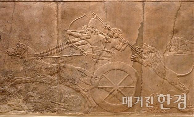 사자를 사냥하는 아슈르바니팔, 신아시리아 니네베 왕궁 부조, 기원전 645~635, 런던 대영박물관