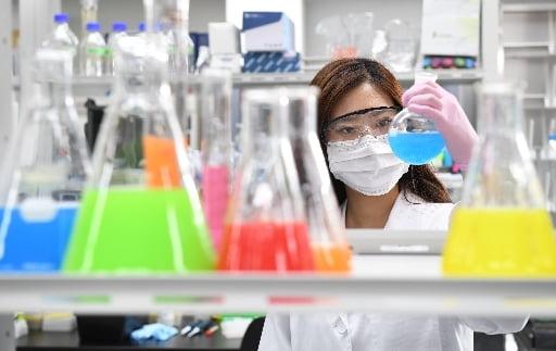 (사진) 실험 중인 JW중외제약 연구원. /JW중외제약 제공