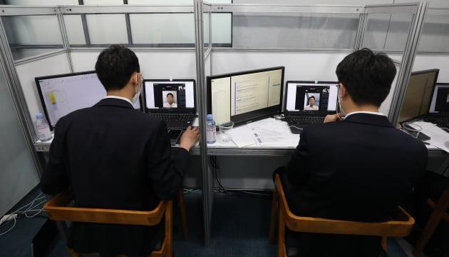 각 은행 인사담당자들이 온라인을 통한 비대면 면접을 하고 있는 모습./사진=한국경제신문, 뉴스1