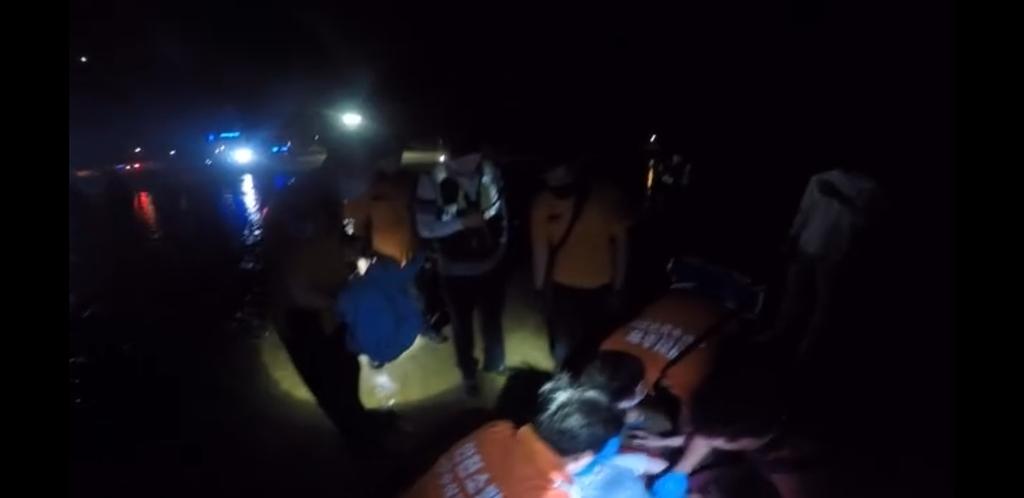 술 취해 인천 앞바다에 빠진 10대 소방당국에 구조