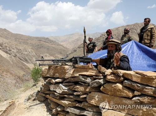 """""""우리도 탈레반과 싸우겠다""""…아프간 여성 총 들고 시위"""