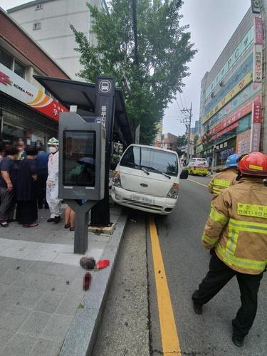 경사로 밀린 트럭 몸으로 막으려던 50대 여성 운전자 숨져(종합)