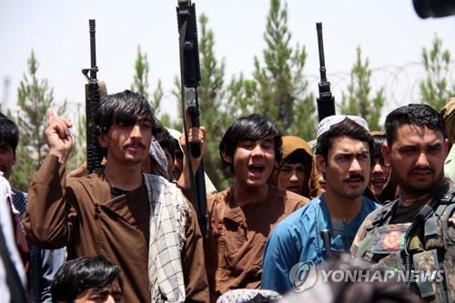 탈레반 공세에 아프간 주민 탈출 러시…일부는 총 들고 맞서