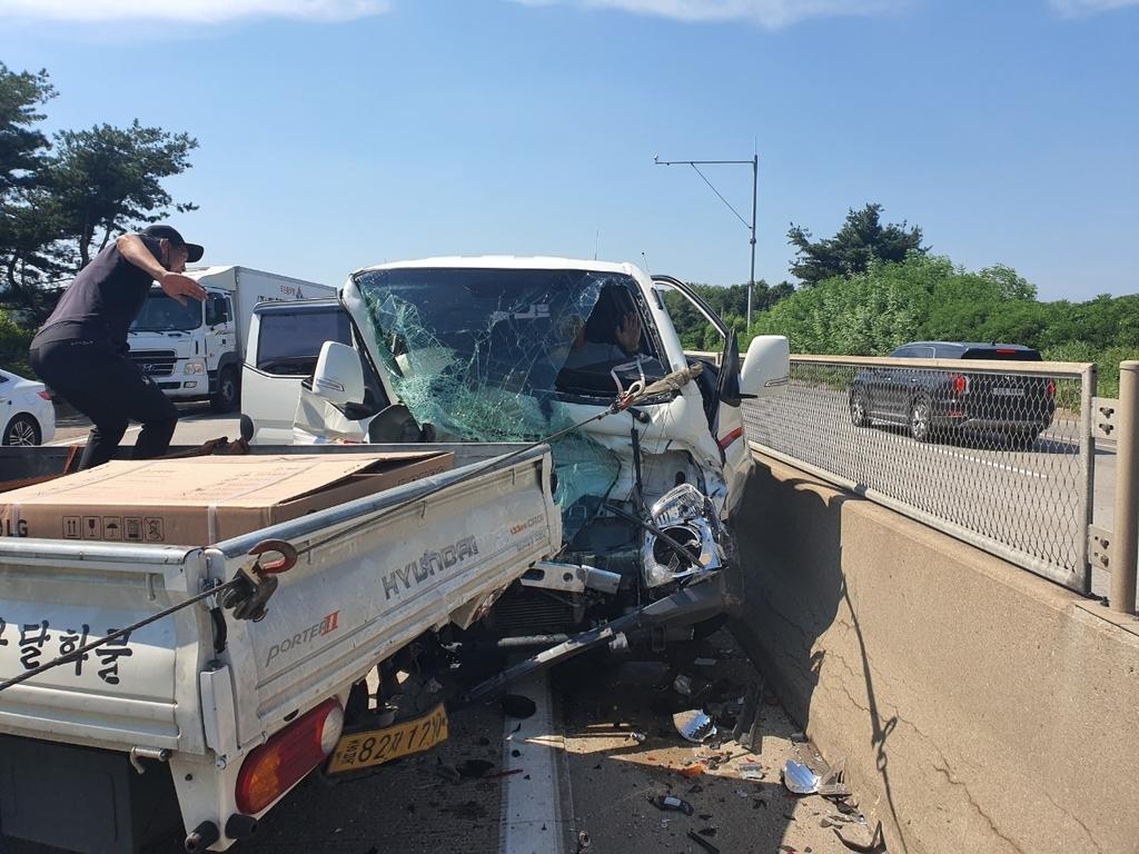중부고속도로서 트럭·승용차 4중 추돌…2명 부상