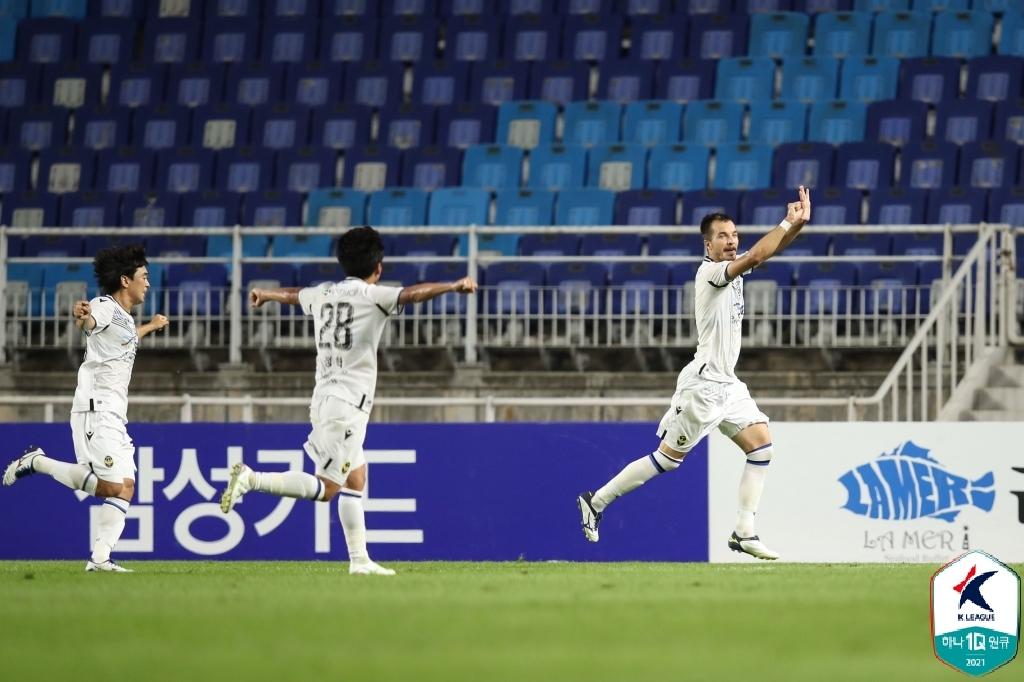 '무고사 멀티골' 인천, 수원에 2-1 역전승…시즌 첫 연승