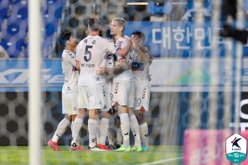 '라스 4골 폭발' 수원FC, 선두 울산에 5-2 완승…5위 도약(종합)