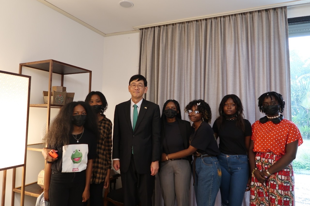 [사진톡톡] 한지로 꾸민 주가봉 한국대사관…첫 행사는 K팝 시상식