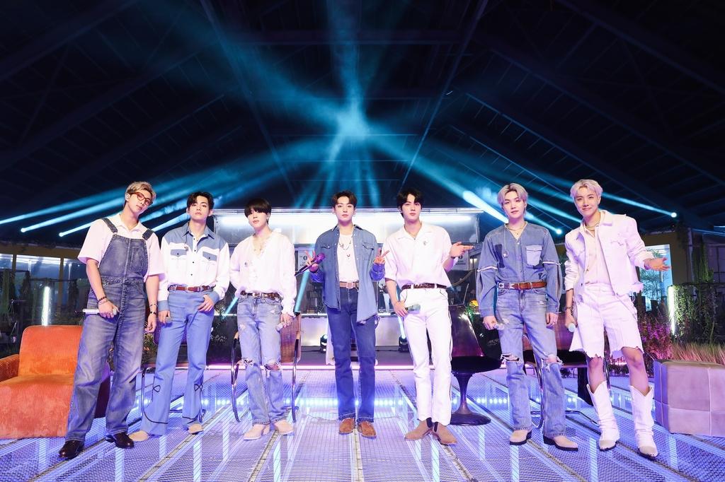 """BTS, 英 라디오쇼서 그리움 담은 무대…""""팬들에 보내는 메시지"""""""