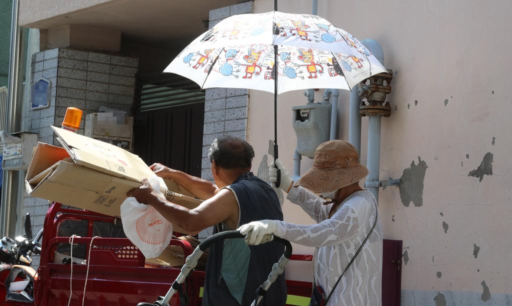 '하얀 소금기 남은 모자가 땀범벅'…폭염 속 폐지 줍는 노인들