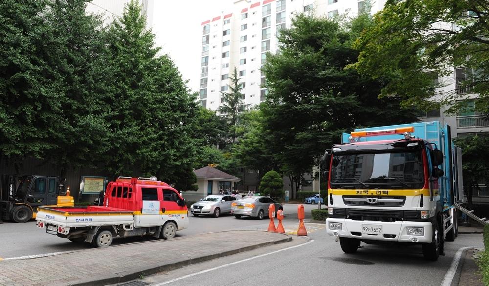 '사흘째 정전' 부천 아파트 주민들 폭염 속 모텔 생활